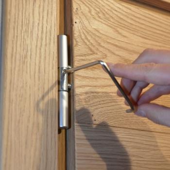 Particolare cerniera registrabile su porte a battente